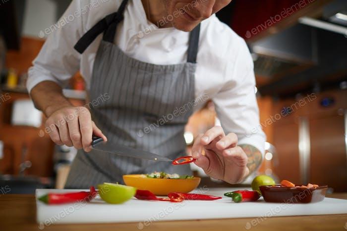 Professioneller Küchenchef Servieren Essen