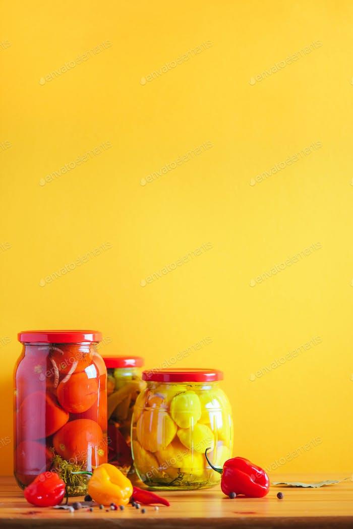 Konservierte und fermentierte Lebensmittel in Gläsern. Fermentiertes Essen. Herbstkonserven.? ucumber, Squash und