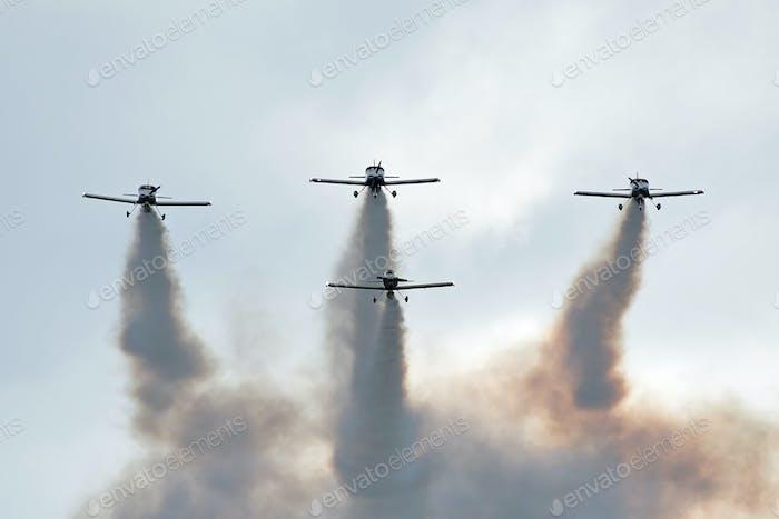 Flugzeuge mit Rauch