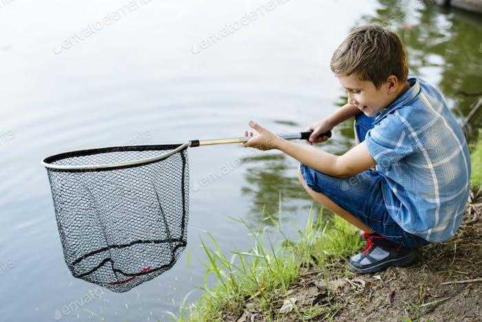 Niño de pesca con una red