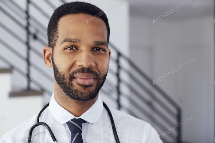 Porträt von männlichen Arzt mit Stethoskop in Krankenhaus