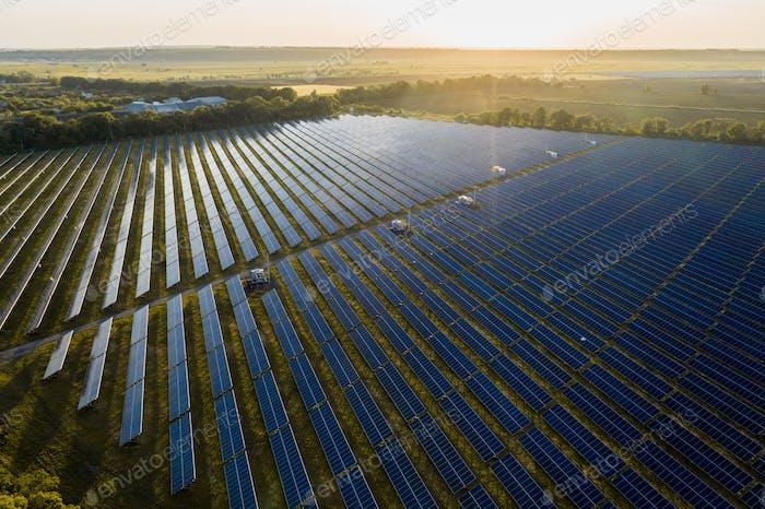 Aerial Draufsicht eines Solarpaneel-Kraftwerks