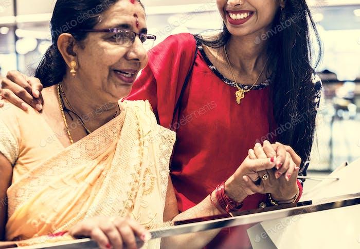 Indische Familie genießen ein Einkaufszentrum