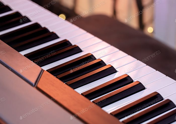 Klaviertasten auf einem schönen farbigen Hintergrund.