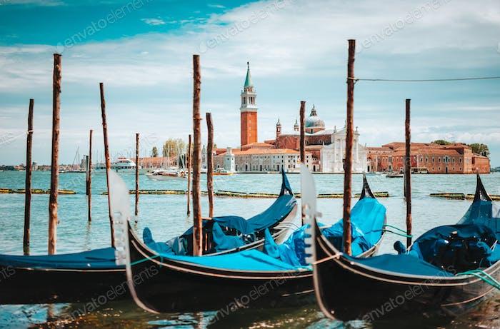 Venedig, Italien. Nahaufnahme von Gondeln und Kirche San Giorgio Maggiore am Canal Grande im Hintergrund
