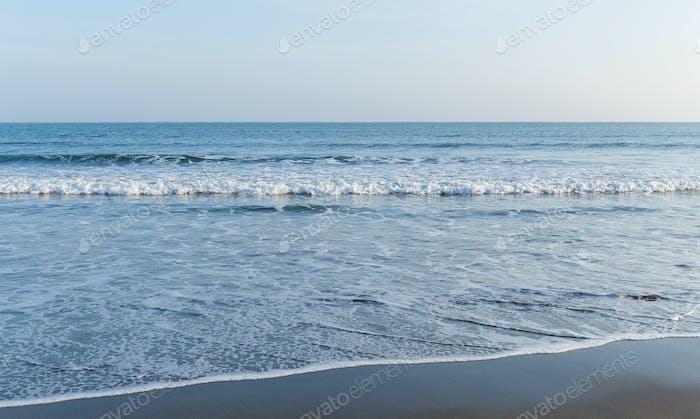 Welle des Meeres mit Sandstrand