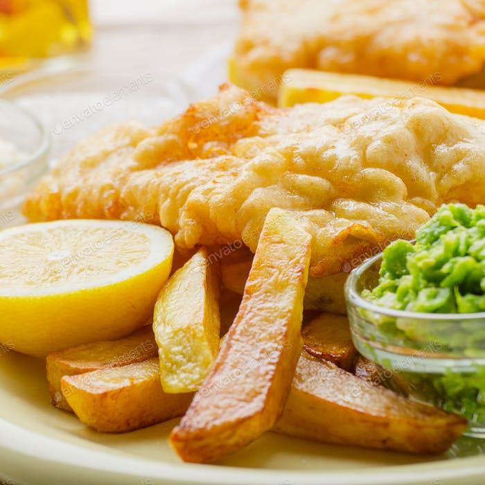 Traditionelles britisches Street-Food-Fisch und Chips mit Tartar-Sauce