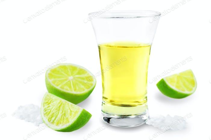Glas Tequila-Schnaps mit Salz und Limettenfrüchten isoliert