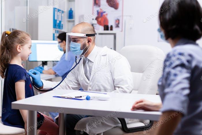 Arzt Untersuchung Mädchen durch Stethoskop