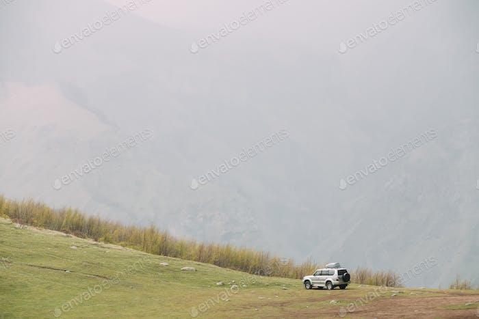SUV Auto Auf Offroad In Frühling Berge Landschaft In Georgien. Dr  .
