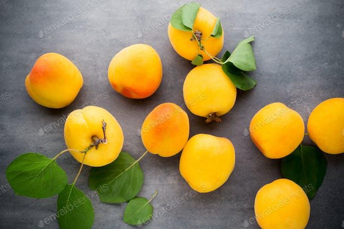 Aprikose mit Blättern auf Holzhintergrund.