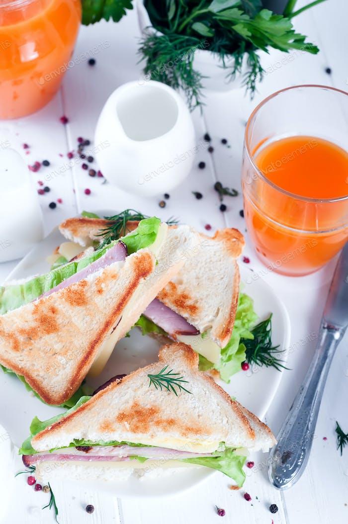 Frühstück mit Club-Sandwich und Saft