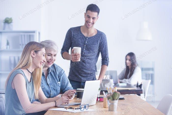 Gemeinsam arbeitende Frauen