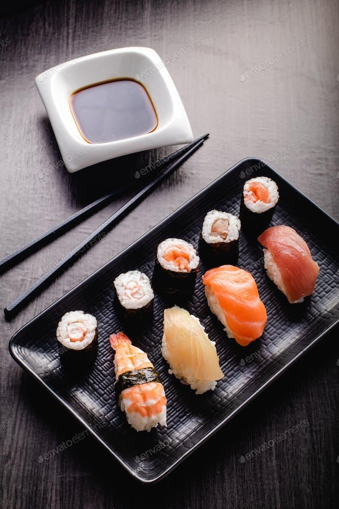Sushi Set Sashimi und Sushi-Brötchen serviert