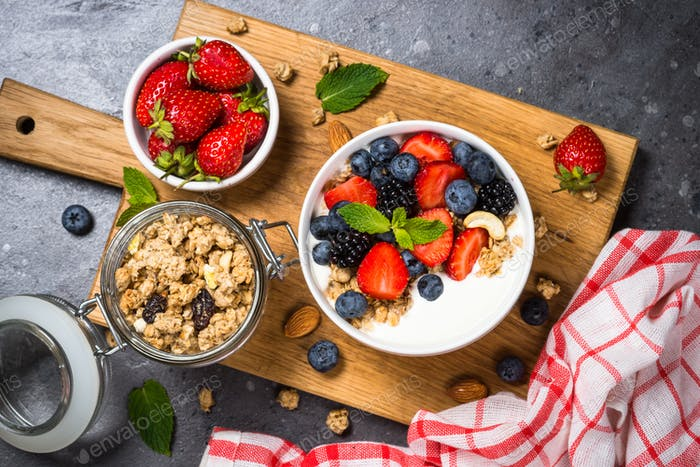Greek yogurt granola with fresh berries