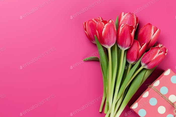 Rote Tulpe Blumen Blumenstrauß und Geschenkbox