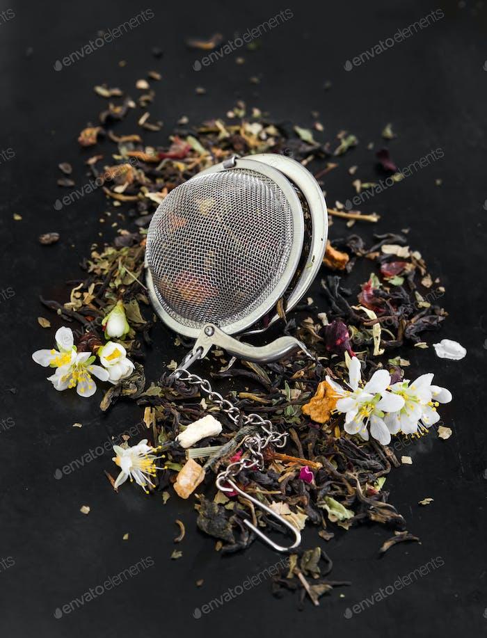 Kräutertee mit Blumen im Teesieb