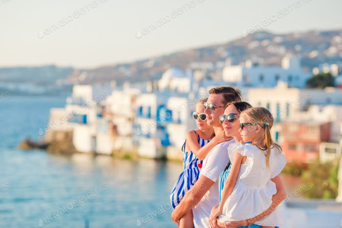 Familie in Europa. Eltern und Kinder auf Little Venice Hintergrund auf Mykonos Insel, in Griechenland