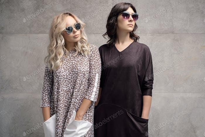 Две модные девушки в солнцезащитных очков