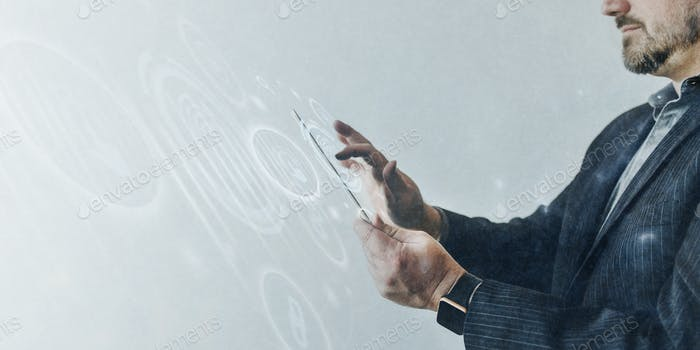Hombre usando una pantalla táctil