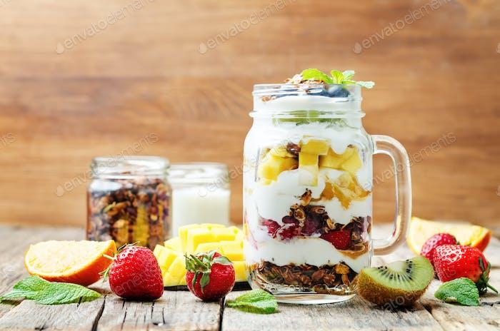 Erdbeere, Mango, Kiwi, Heidelbeere, Orange mit griechischem Joghurt und