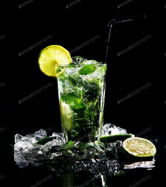 Frisches Getränk mit grüner Limette