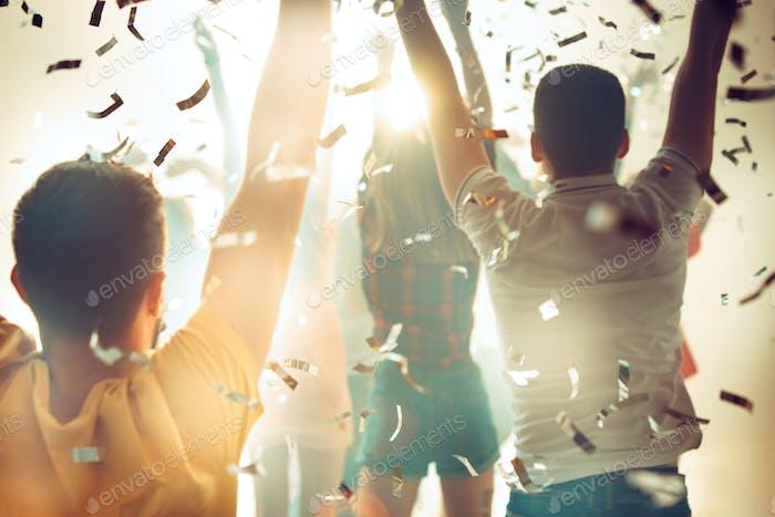 Nachtleben und Disco-Konzept. Junge Leute tanzen im Club.