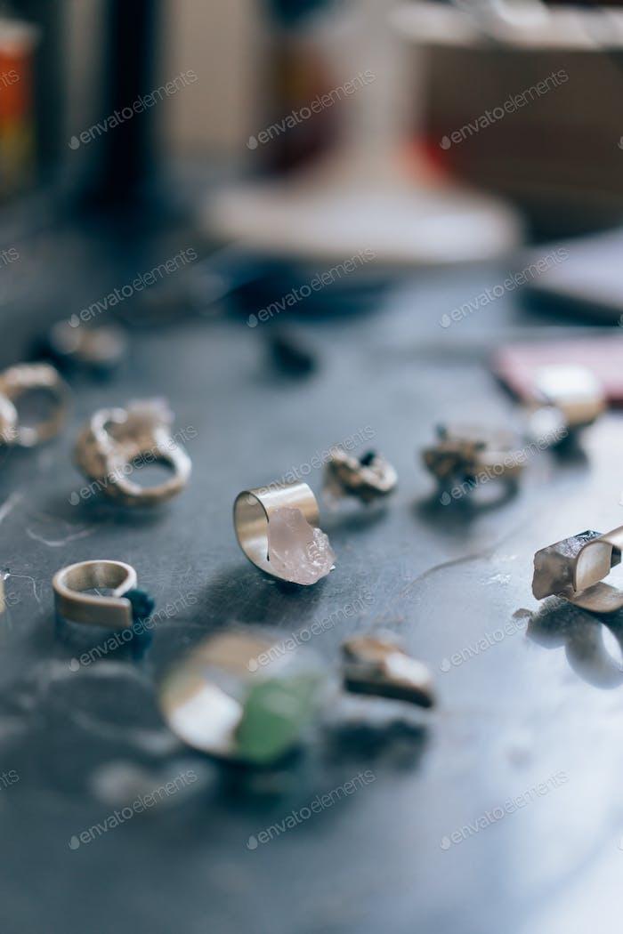 Verschiedene Schmuck auf dem Tisch vom Juwelier aus einem engen Winkel