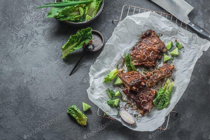 Costillas de cerdo picante a la parrilla con verduras, espacio ccopy