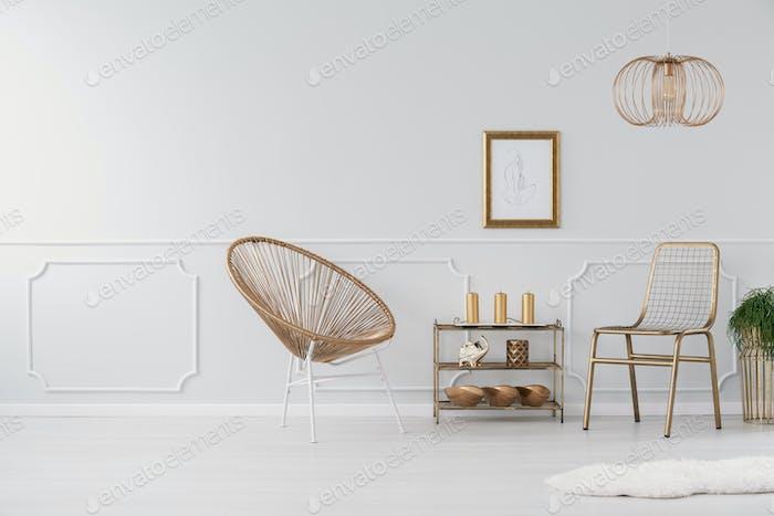 Echtes Foto von einem eleganten Wohnzimmer Interieur mit Stühlen, Regal