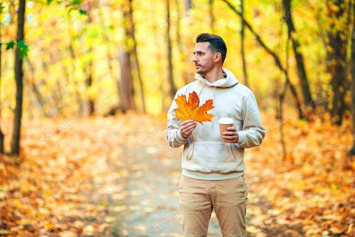 Junger Mann im Herbst Park im Freien