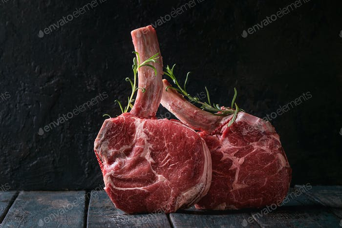 Rohes Tomahawk-Steak