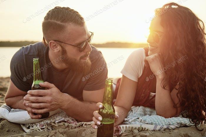 pareja amante beber cerveza en el playa