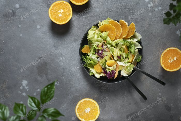 Konzept des veganen Essens mit grünem Salat