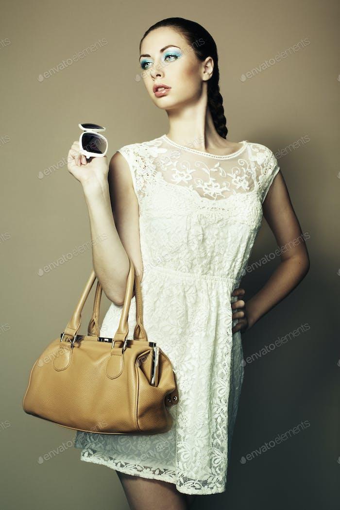 Porträt einer schönen jungen Frau mit einer Ledertasche