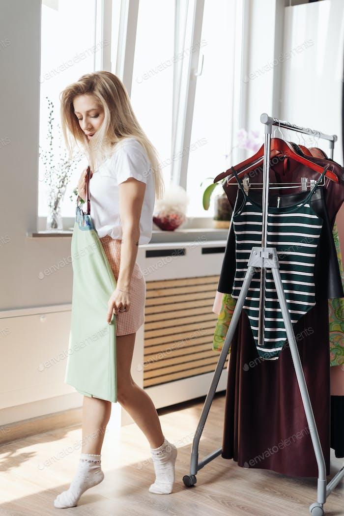 Hermosa mujer joven elegir la ropa