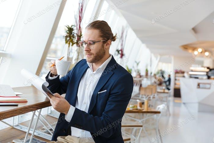 Ernst junger Geschäftsmann hält Zwischenablage