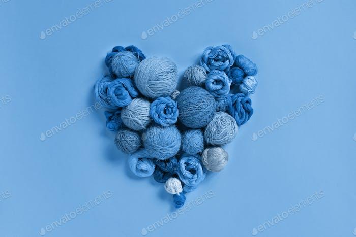 Blaues Herz aus verschiedenen Fäden