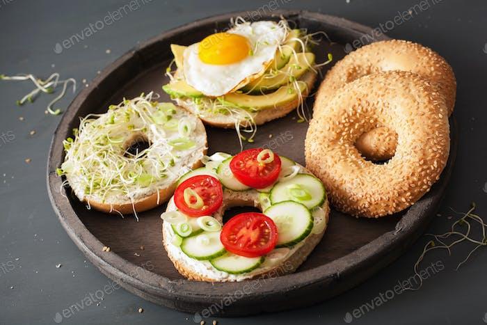 Vielzahl von Sandwiches auf Bagels: Ei, Avocado, Tomaten, Weichkäse