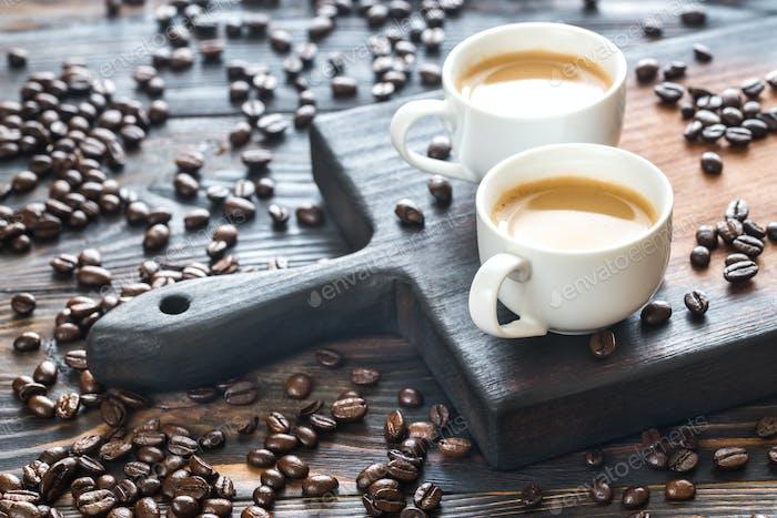 Zwei Tassen Kaffee mit Kaffeebohnen
