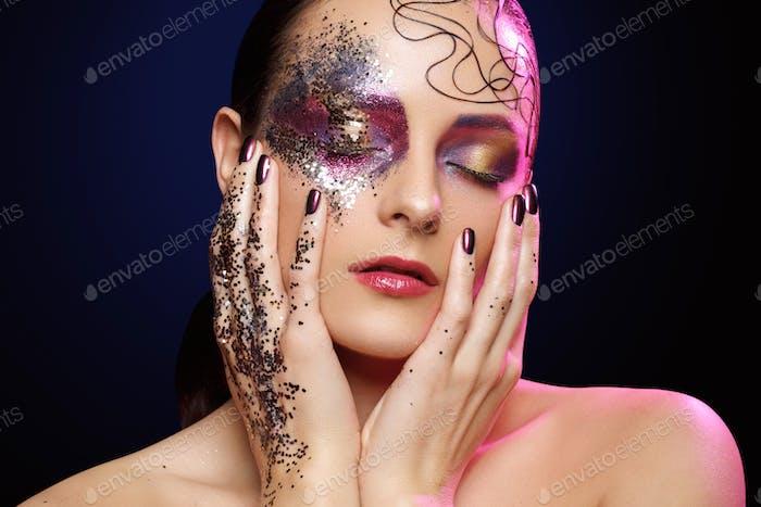 schöne Frau mit hellen Make-up mit Glitzer