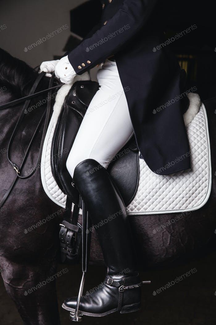 Jockey Prepearing Pferd für die Fahrt