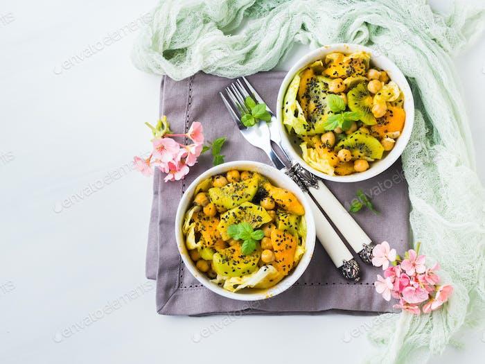 Leichter Sommersalat mit Kiwi, Pfirsich, Kichererbse