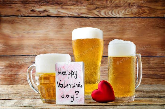 Стакан холодного светлого пива с сердцем на древесном фоне на День Святого Валентина