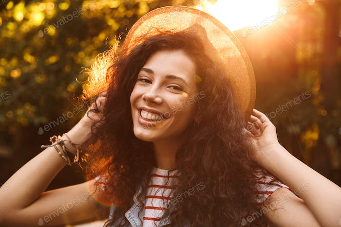 Photo closeup of brunette smiling girl 18-20 wearing straw hat l