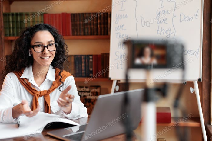 Lehrerin nimmt Video log für ihren Internetkanal auf