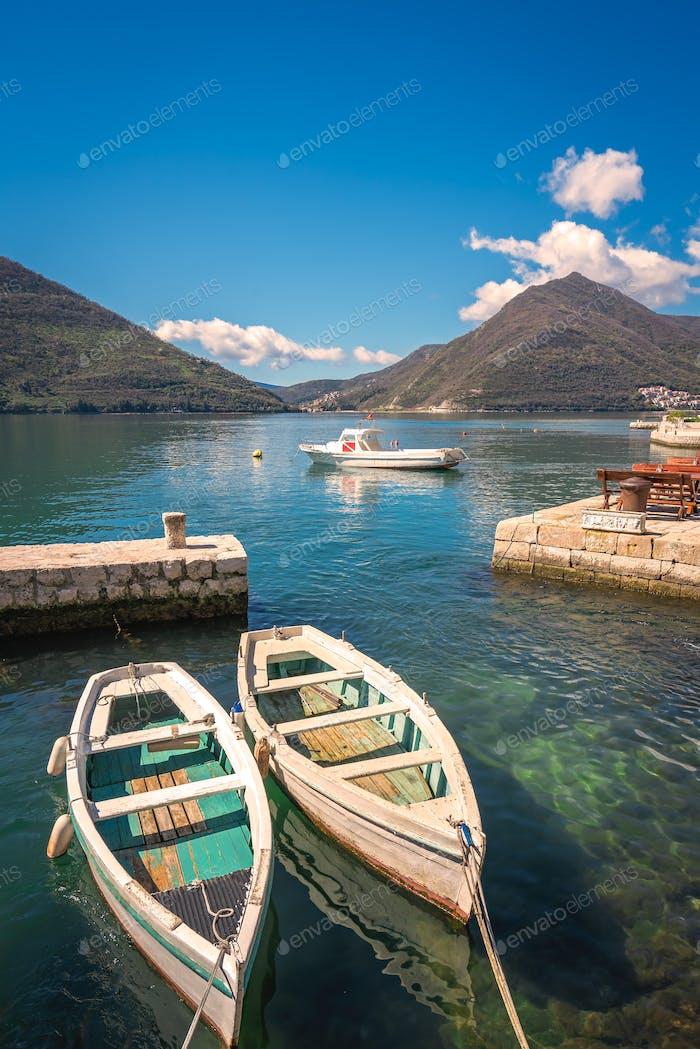Dos pequeños barcos de pesca en la bahía de Kotor