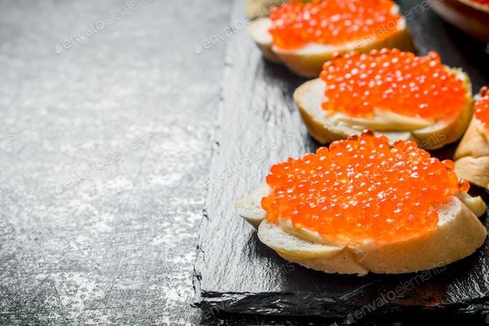 Sandwiches mit rotem Kaviar.