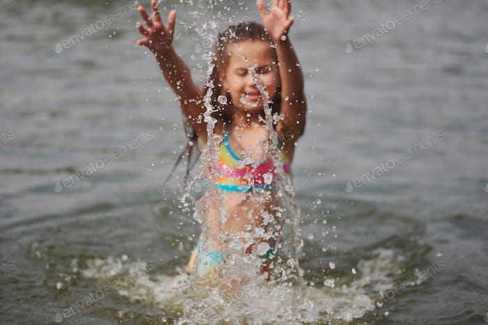 niedlich glücklich kleine Mädchen in sumer see