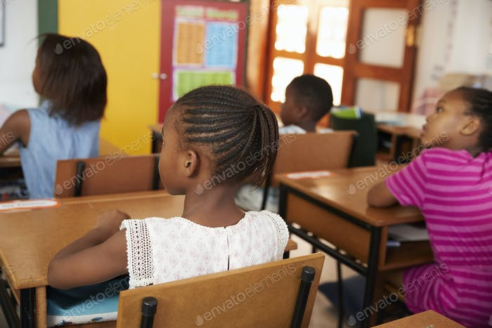 Rückansicht von afrikanischen Kindern in einer Grundschule Klasse